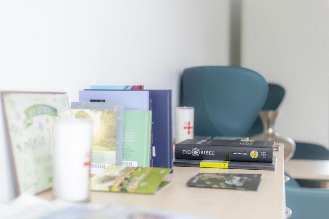 Ein Tisch mit Büchern